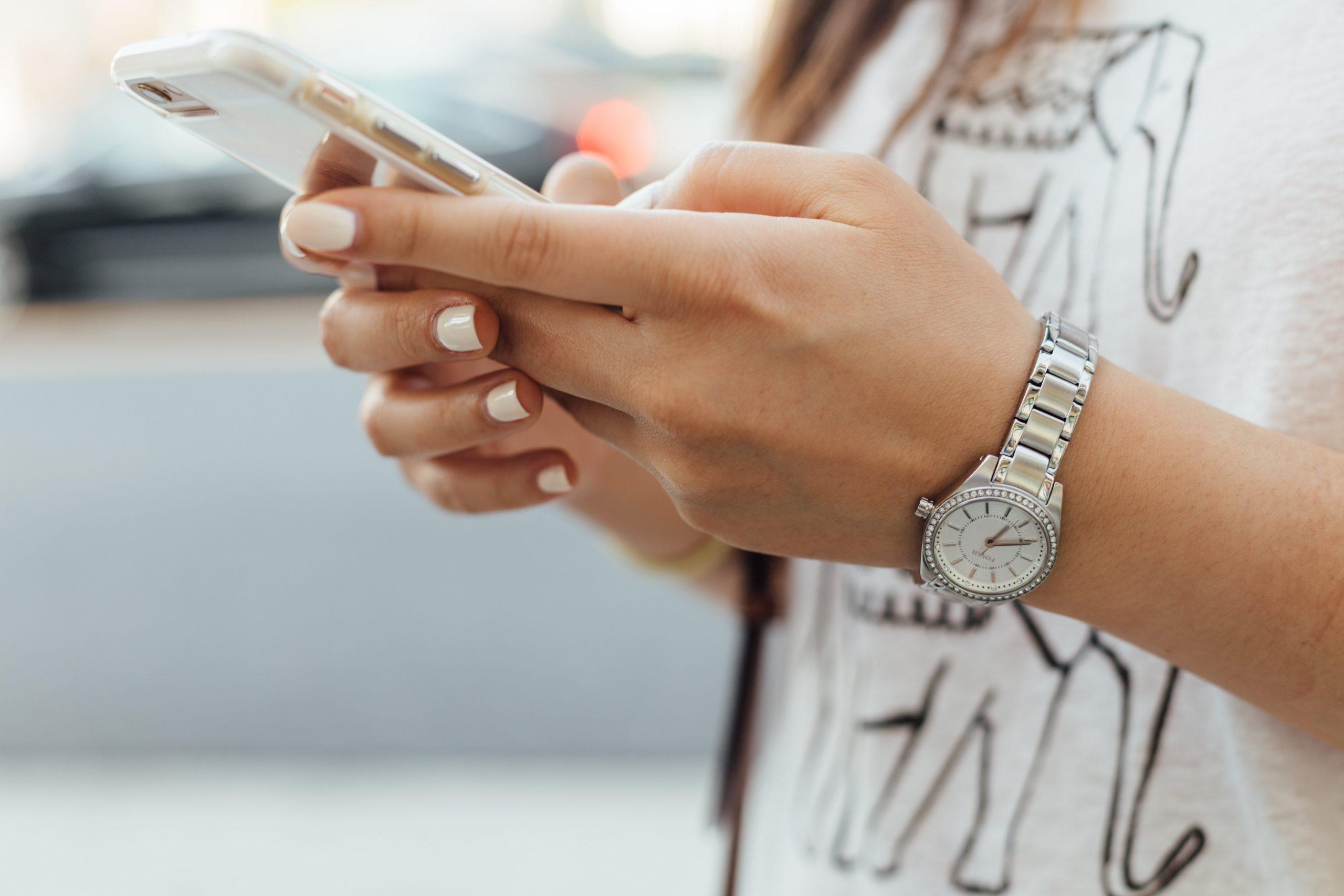 スマートフォンで申し込みをする女性